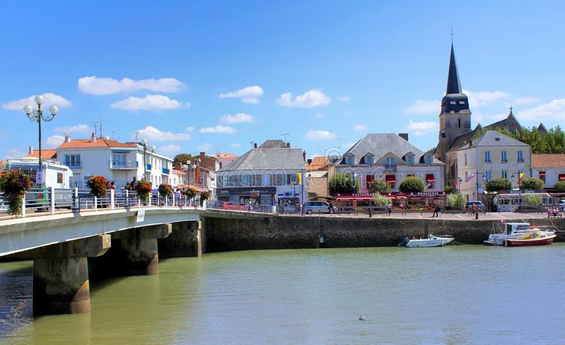SAINT-GILLES-CROIX-DE_VIE, FRANCJA, SIERPIEŃ 28 2015: Most nad losem angeles Rywalizuje, z Eglise Gilles obraz royalty free