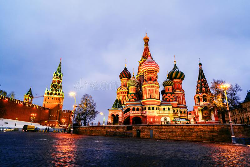 Saint iluminado Basil Cathedral no quadrado vermelho na noite com parede e torre do Kremlin imagens de stock royalty free