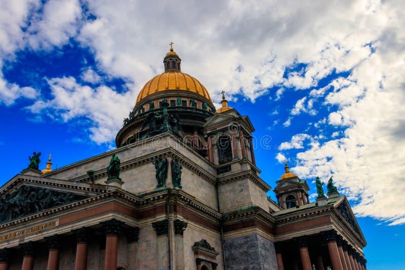 Saint Isaac's Cathedral eller Isaakievskiy Sobor i Sankt Petersburg, Ryssland fotografering för bildbyråer