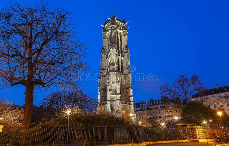 Saint Jacques Tower em Paris Opinião da noite fotografia de stock royalty free