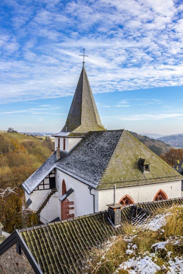 Saint John Baptist Church em Kronenburg, Reno-Westphalia norte, Alemanha imagens de stock royalty free