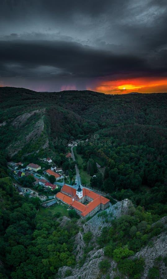 Saint John debajo del acantilado en Bohemia central en República Checa foto de archivo