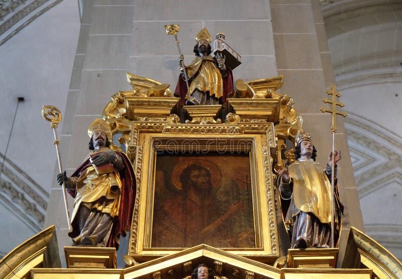 Saint John Doopsgezind omringd door de standbeelden van Heiligen royalty-vrije stock foto's