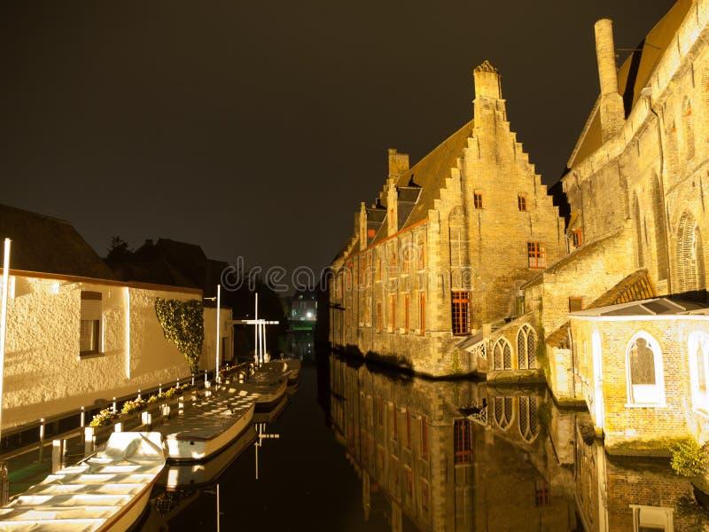 Saint John Hospital e canal da água em Bruges perto imagem de stock