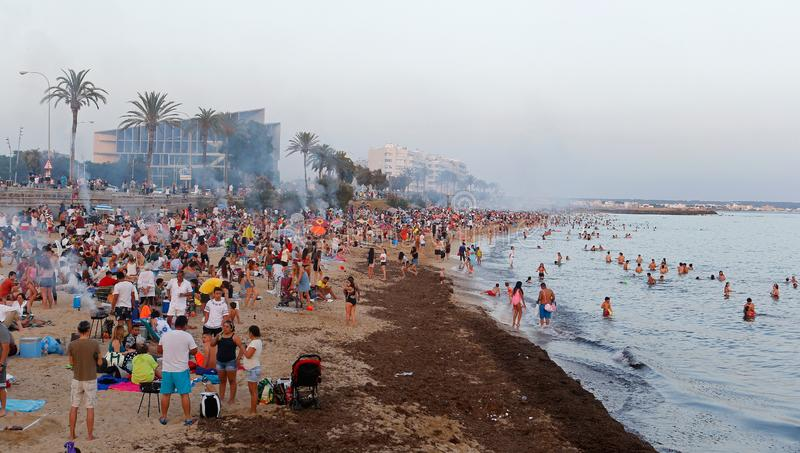 Saint John overvolle vieringen dichtbij het overzees in Mallorca wijd royalty-vrije stock foto