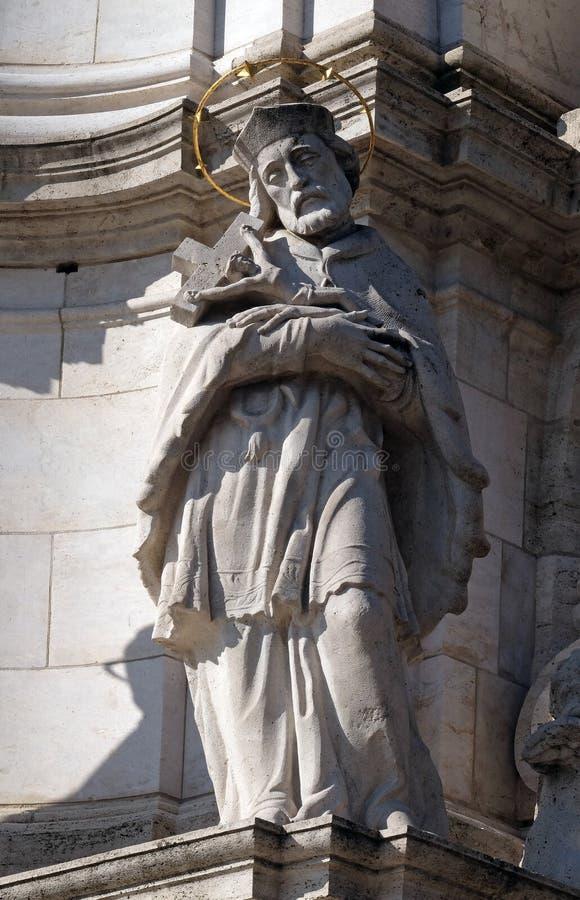 Saint John van Nepomuk, detail van de Heilige kolom van de Drievuldigheidsplaag voor Matthias Church in Boedapest stock foto