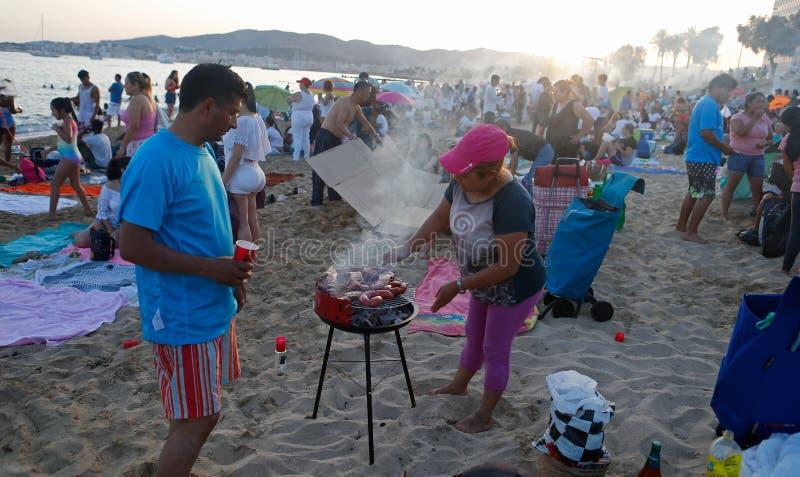 Saint John-vieringenplaatselijke bewoners die dichtbij het overzees in het detail van Mallorca koken royalty-vrije stock foto's