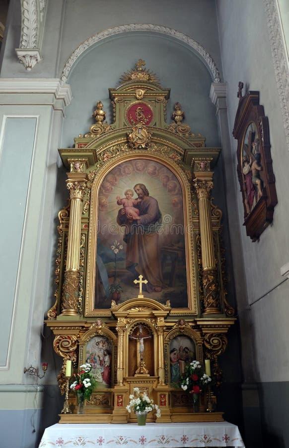 Saint Joseph die kind Jesus, altaar in de Basiliek van het Heilige Hart van Jesus in Zagreb houden stock fotografie