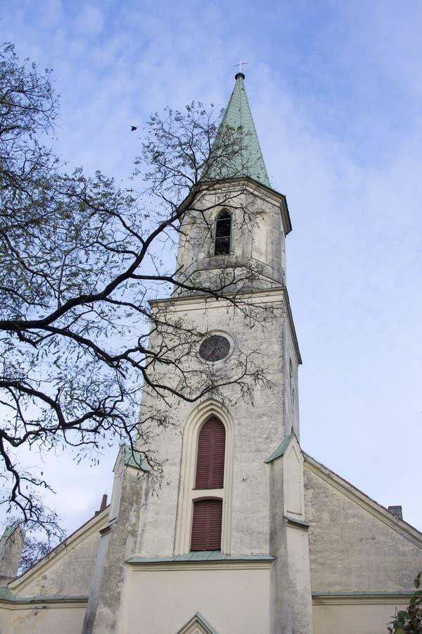 Saint Katerina Evangelical Lutheran Church em Kuldiga Letónia imagens de stock