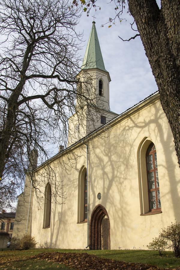 Saint Katerina Evangelical Lutheran Church em Kuldiga Letónia imagem de stock royalty free