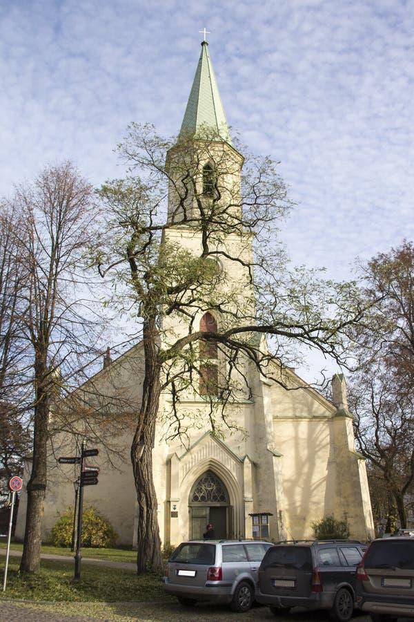Saint Katerina Evangelical Lutheran Church em Kuldiga Letónia fotografia de stock