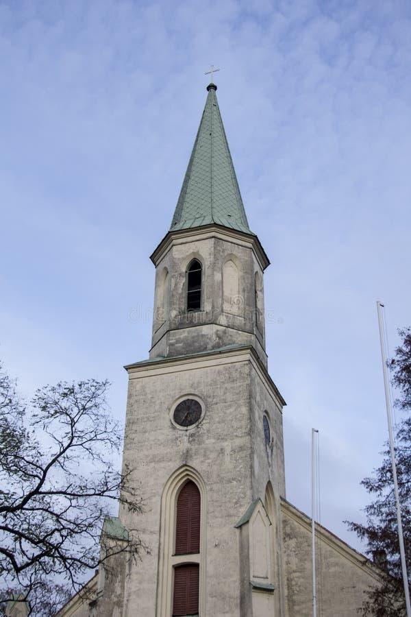 Saint Katerina Evangelical Lutheran Church em Kuldiga Letónia imagens de stock royalty free