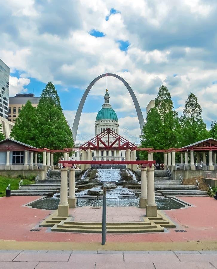 Saint Louis, MO EUA - Saint Louis Arch com tribunal velho imagem de stock