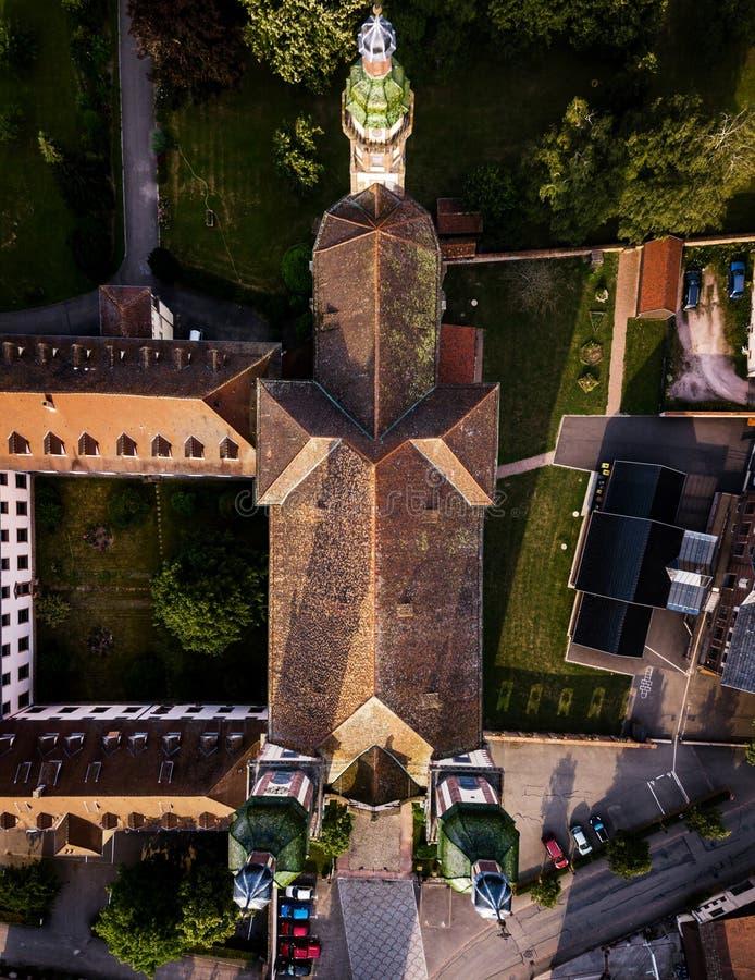 Saint majestueux montant Maurice d'église dans peu de village français E images stock