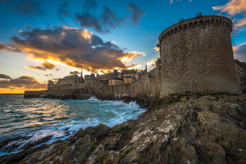 Saint Malo, cidade murada histórica em Brittany, França fotos de stock royalty free