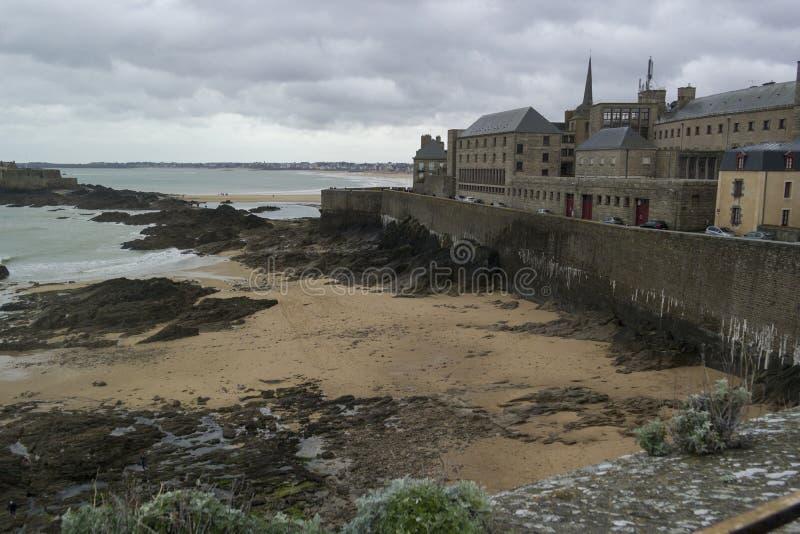 SAINT MALO, FRANÇA - 25 de março de 2016: vista da praia de Saint Malo imagens de stock royalty free