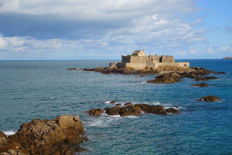 Saint Malo La Reine van het Bastionfort at high tide royalty-vrije stock foto