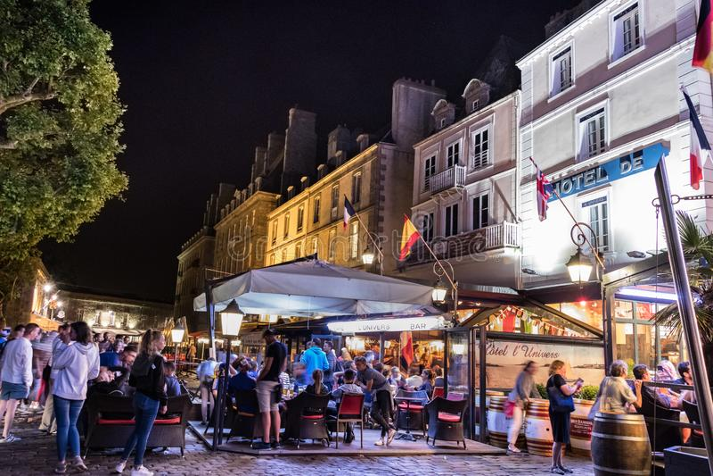 Saint Malo a muré la ville la nuit célébrant le championnat de coupe du monde de la France photos libres de droits