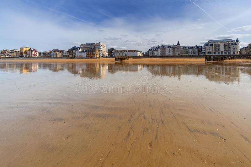 Saint Malo Spiaggia di Sandy alla marea bassa fotografia stock