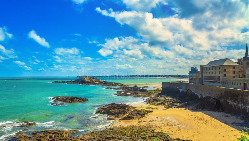Saint Malo -strand, Nationaal stadsmuren en Fort Het Effect van de eb Bretagne, Frankrijk stock foto