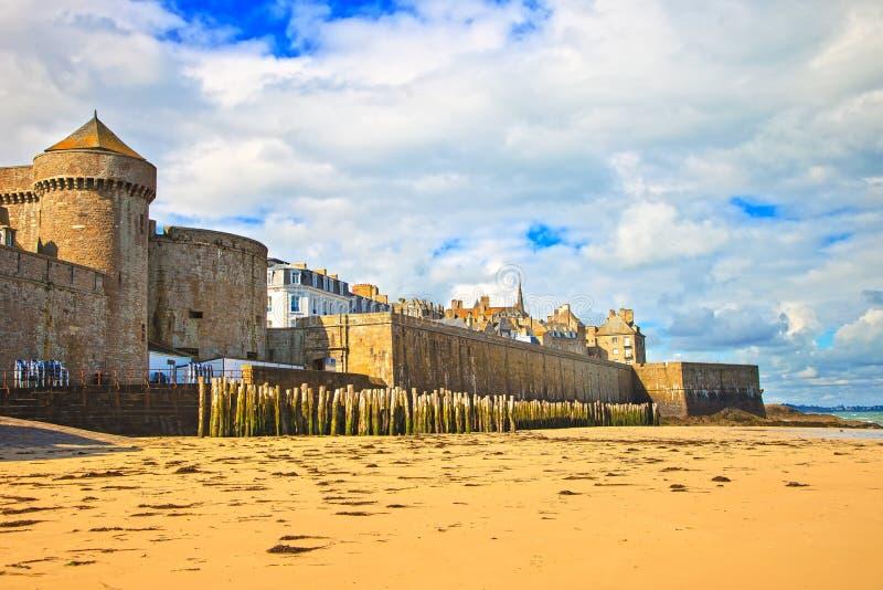 Saint Malo -strand, stadsmuren en huizen Het Effect van de eb Bretagne, Fra royalty-vrije stock foto