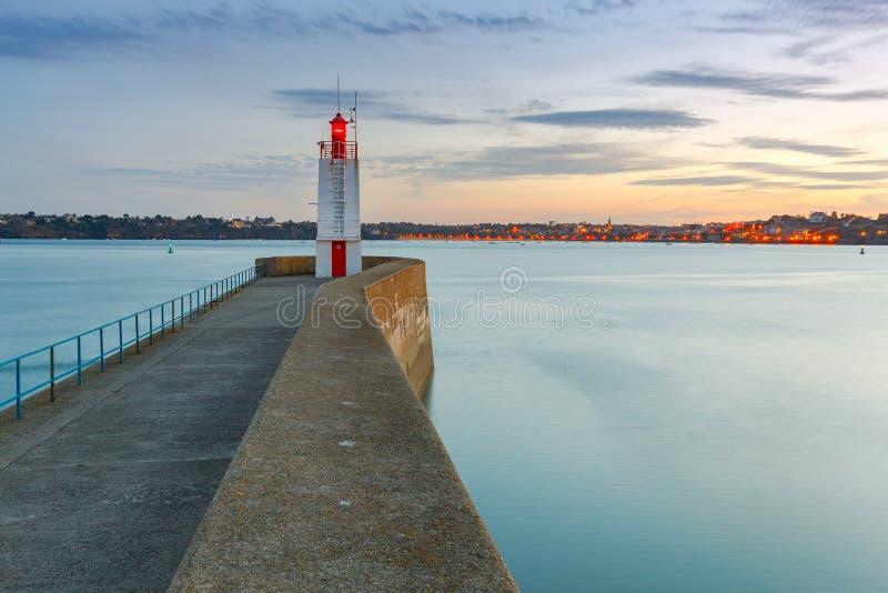 Saint Malo Un frangiflutti e un faro immagini stock libere da diritti