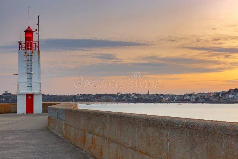 Saint Malo Un frangiflutti e un faro fotografia stock