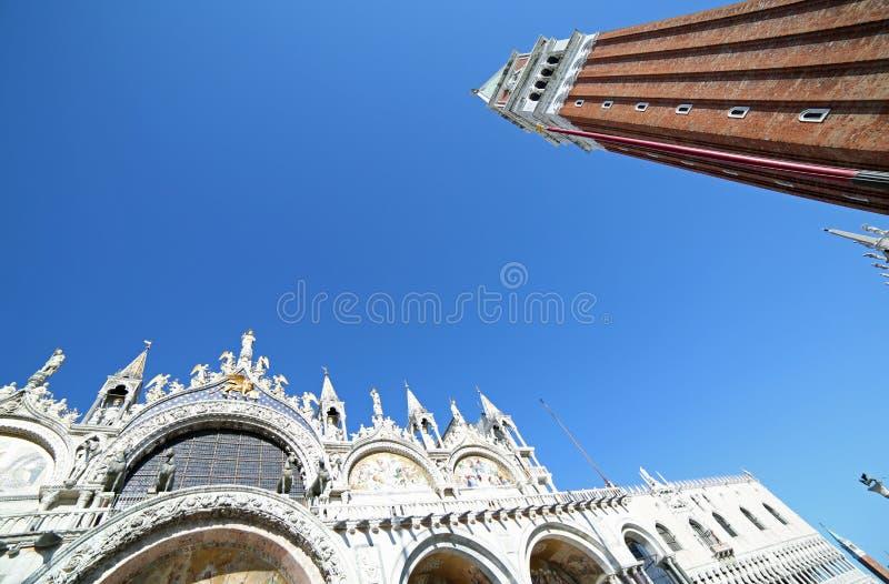 Saint Mark Basilica de Venise et la tour de Bell dans un photog simple photos libres de droits