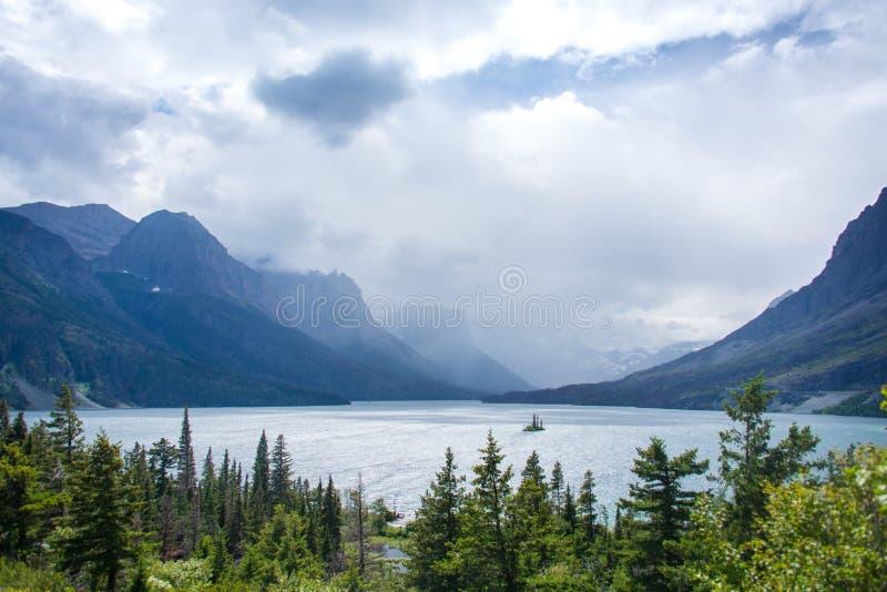 Saint Mary Lake sur la route d'Aller-À-Le-Sun, parc national de glacier photographie stock libre de droits