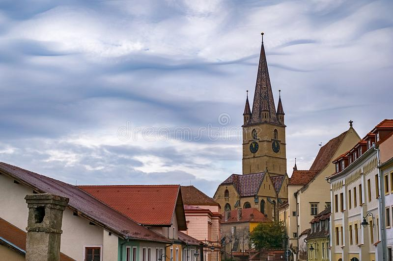 Saint Mary Lutheran Cathedral dans la ville de Sibiu, Roumanie photographie stock