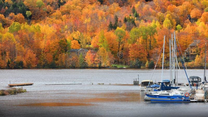 Saint Maurice de Riviere dans le temps d'automne près des piles de Grandes photographie stock libre de droits