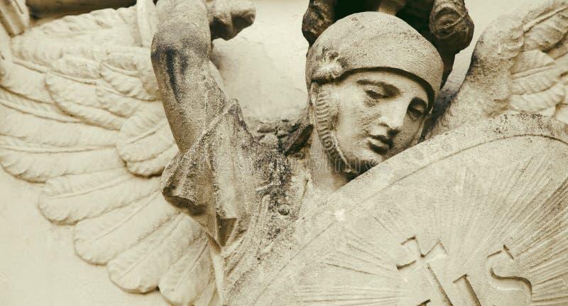 Saint Michael o Bons triunfos sobre o conceito mau fotografia de stock royalty free