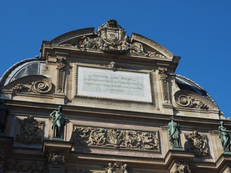 Saint-Michel de la fuente con sus cuatro estatuas fotografía de archivo