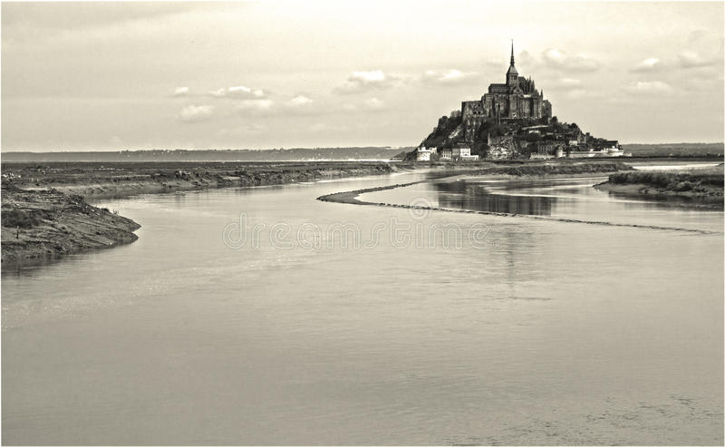 Saint Michel met wat water stock foto