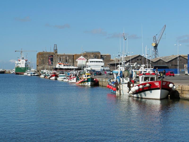 Saint Nazaire, França - em agosto de 2013, porto com barcos de pesca foto de stock
