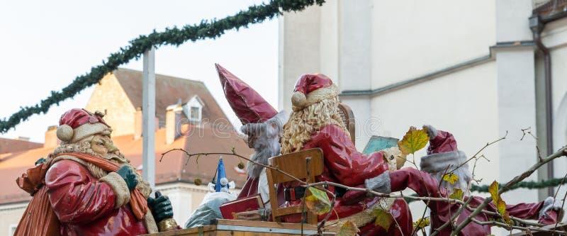 Saint-Nicolas et Santa Claus au marché de Noël à Ratisbonne, Allemagne image libre de droits