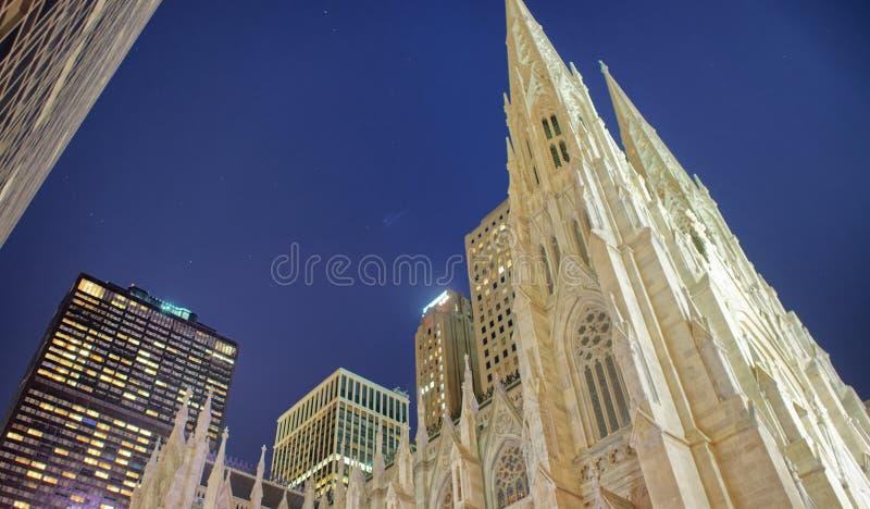 Saint Patrick Cathedral la nuit, New York City images stock
