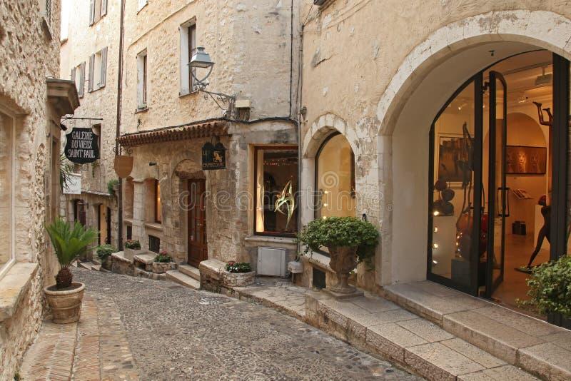 SAINT PAUL DE VENCE - AUGUSTI 28 är en härlig medeltida stärkt by som sätta sig på ett smalt, sporrar mellan två djupa dalar på Au arkivfoton