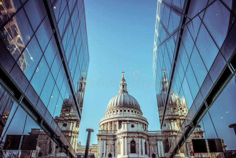 Saint Paul Katedralny London od centrum handlowego obrazy stock