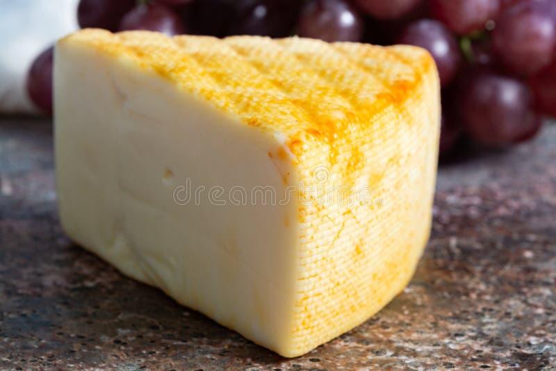 Saint Paulin crémeux, fromage français doux et mi-doux fait à partir du lait de vache pasteurisé, à l'origine fait par des moines photographie stock