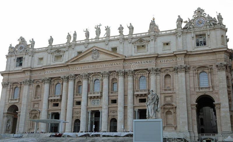 Saint Peter Basilica et la statue de Saint Paul à Vatican CIT photo libre de droits