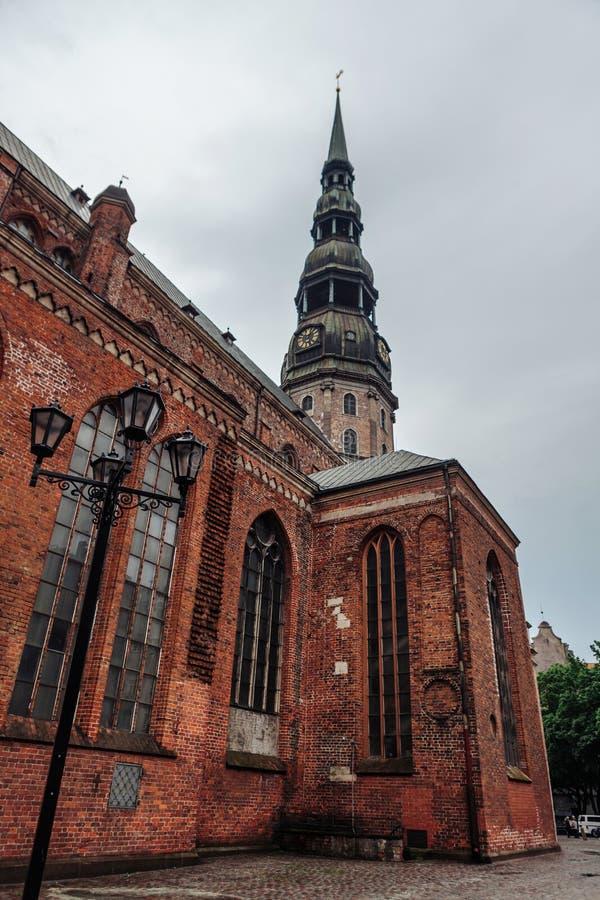 Saint Peter Lutheran Church sur la vieille ville à Riga photo stock