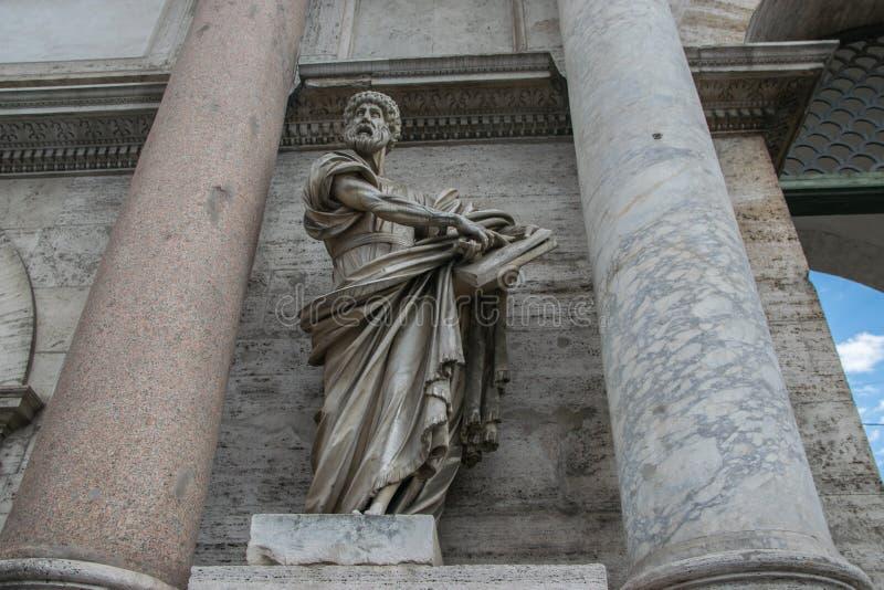 Saint Peter Statue por Francesco Mochi em Porta del Popolo, Roma imagens de stock royalty free
