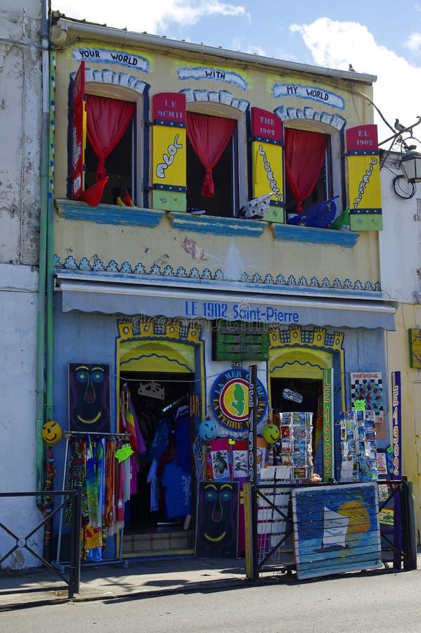 SAINT PIERRE, MARTINICA, JUNUARY 2: La pequeña tienda turística en ciudad del Caribe del Saint Pierre el 2 de enero de 2017, isla fotografía de archivo