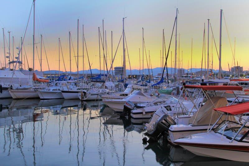 SAINT-RAPHAEL FRANKRIKE, 26 AUGUSTI 2016: Fartyg som förtöjas på solnedgången i hamnen på den Provencal porten av Helgon-Raphael royaltyfri fotografi