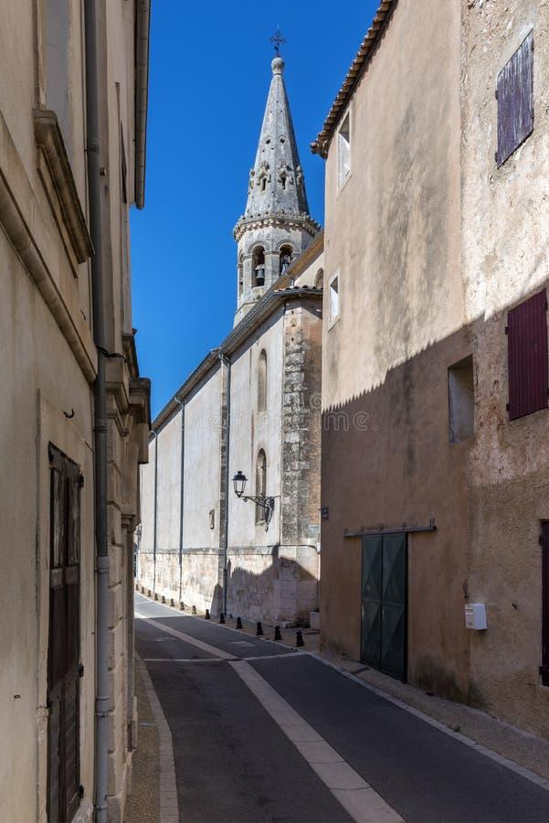 Saint-Saturnin-les-apto & x28; France& x29; com a torre de igreja no fundo fotos de stock royalty free