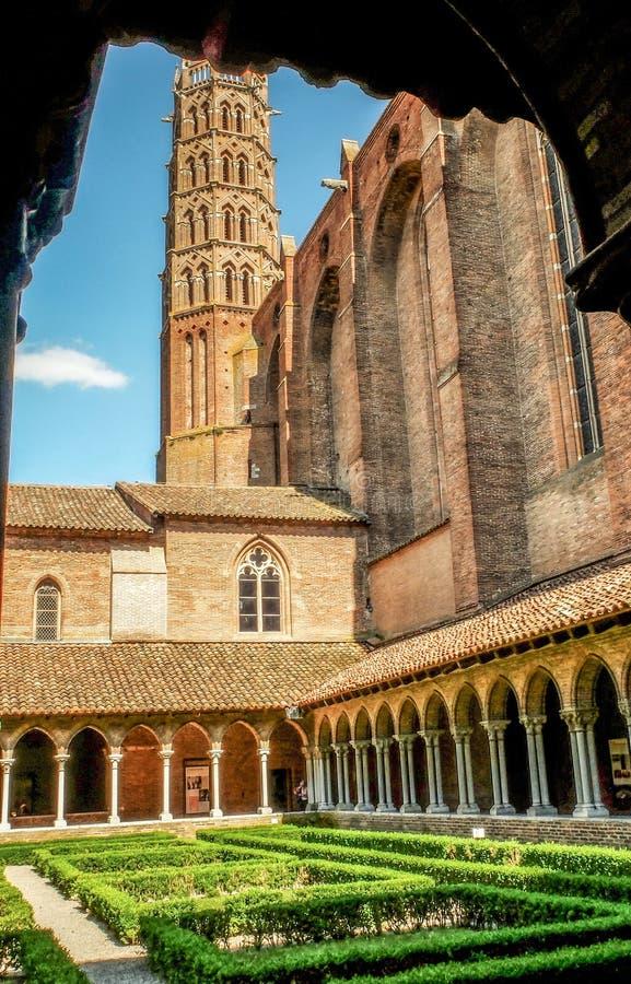 Saint-Sernin da basílica, Toulouse, quadrado verdejante interior, França imagem de stock