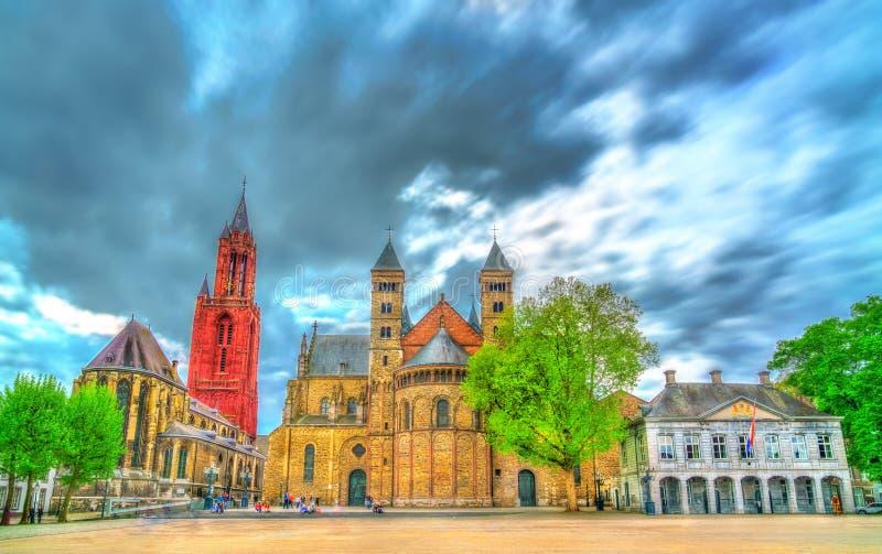 Saint Servatius Basilica e St John Church no quadrado de Vrijthof em Maastricht, os Países Baixos imagens de stock
