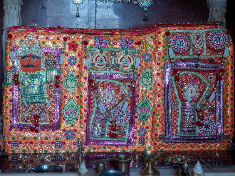 Saint surdhan dada i Sati mata mają wrażenie na lewej i prawej ręce, jako błogosławieństwo w pobliżu Bahudha mata complex Nayka,  zdjęcie stock