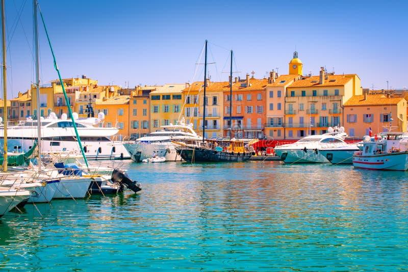 Saint Tropez, ao sul de França Iate luxuosos no porto imagem de stock